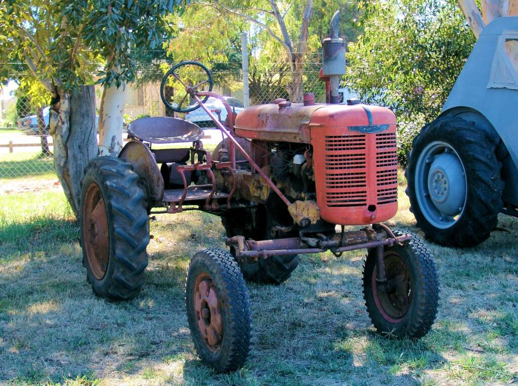 Vintage and restored tractor - Kyabram 2006 Engine Rally